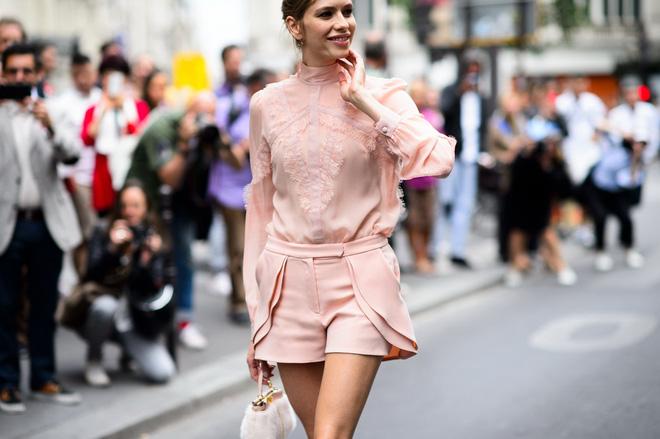 Những chiếc quần short cách điệu vẫn mang đến cho bạn gái nét nữ tính, điệu đà