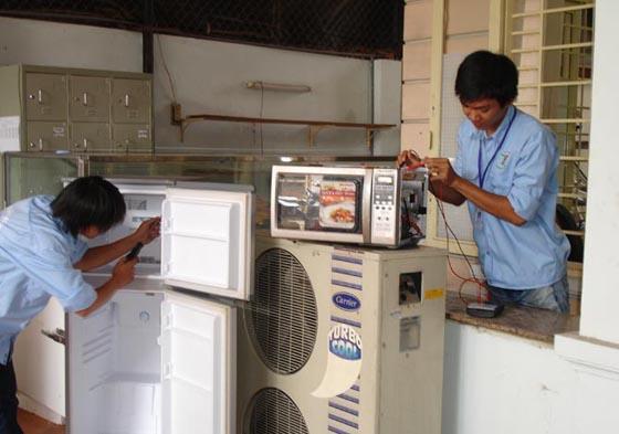 Kỹ thuật viên tại Đức Hưng sửa chữa tủ lạnh chuyên nghiệp