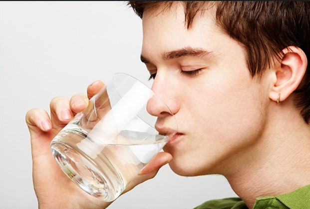 Uống nhiều nước sẽ chống lại sự lão hóa của da