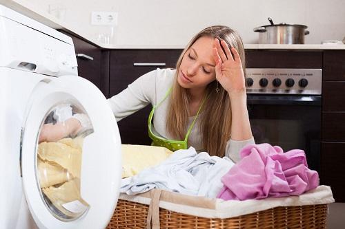 Cho quá nhiều áo quần khiến máy giặt quá tải