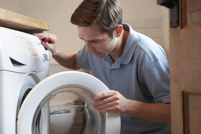 Máy giặt rò điện sẽ có cảm giác tê tay khi lấy quần áo khỏi máy