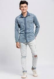 Kết hợp áo sơ mi denim với quần Jean trắng