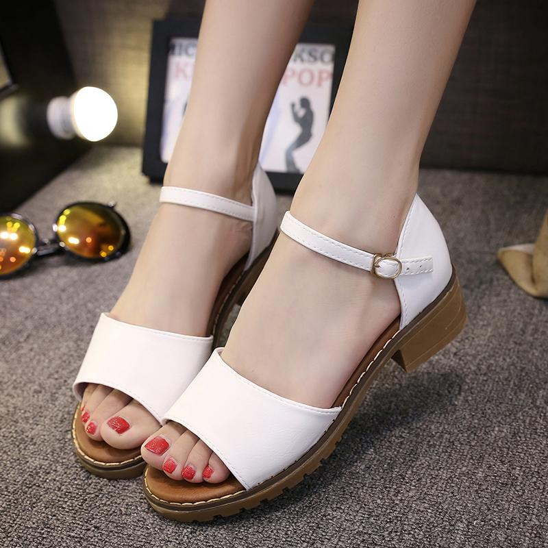 Sandal dây bản to hoặc họa tiết lớn hoàn toàn tương thích với các cô nàng có đôi bàn chân nhỏ, gầy